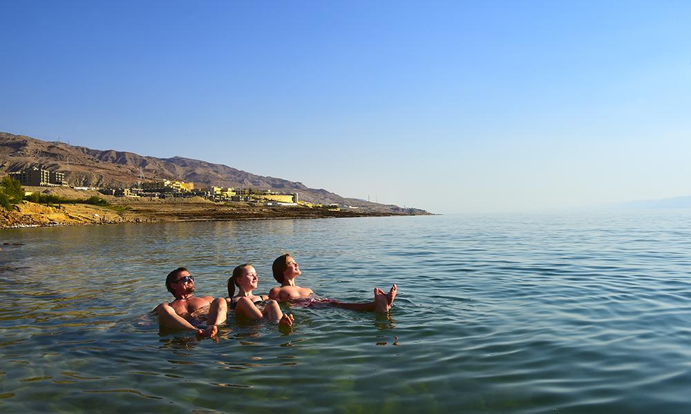 Fordelen med å gå ruten i biter og deler, er at man kan legge inn stopp som egentlig ikke hører med på turen – som en dupp i Dødehavets salte vann. Foto: Torild Moland