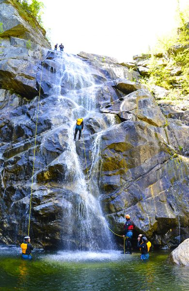 Juving foregår i naturlige kløfter og sprekker i fjellet, som vannet har kommet til og polert. Juvkantene er høye og omgivelsene dramatiske. Foto: Ronny Frimann
