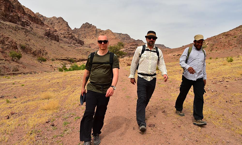 Beduinguiden Ahmed Gawamesh (t.h.) med turkameratene J. Ward og Aegir Thor Steinarsson på vei ned første etappe av en firedagers fottur fra Dana til Petra. Foto: Torild Moland