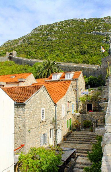 I landsbyen Ston finner man Europas svar på den kinesiske mur. Den må nøye seg med å være verdens nest lengste, men er likevel et mektig skue. Foto: Ida Anett Danielsen
