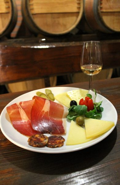 Kroatisk vin smaker aller best sammen med lokal prsut-skinke og ost. Foto: Ida Anett Danielsen