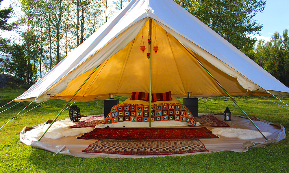 Glamping er garantert fritt for vonde røtter unde rliggeunderlaget og klissete teltduk i nesa om morgenen. Du trenger ikke ta med sovepose engang! Foto: Glamtents