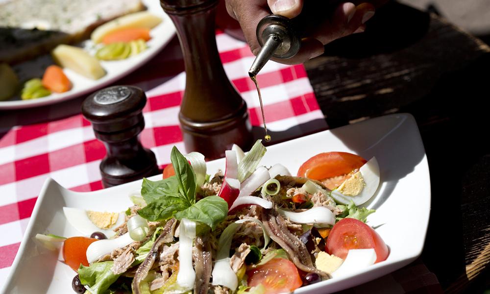 Kan det friste med en Salade Niçoise – en klassisk, fransk salat som har fått navnet sitt fra Nice. Foto: Kelagopian OTCN