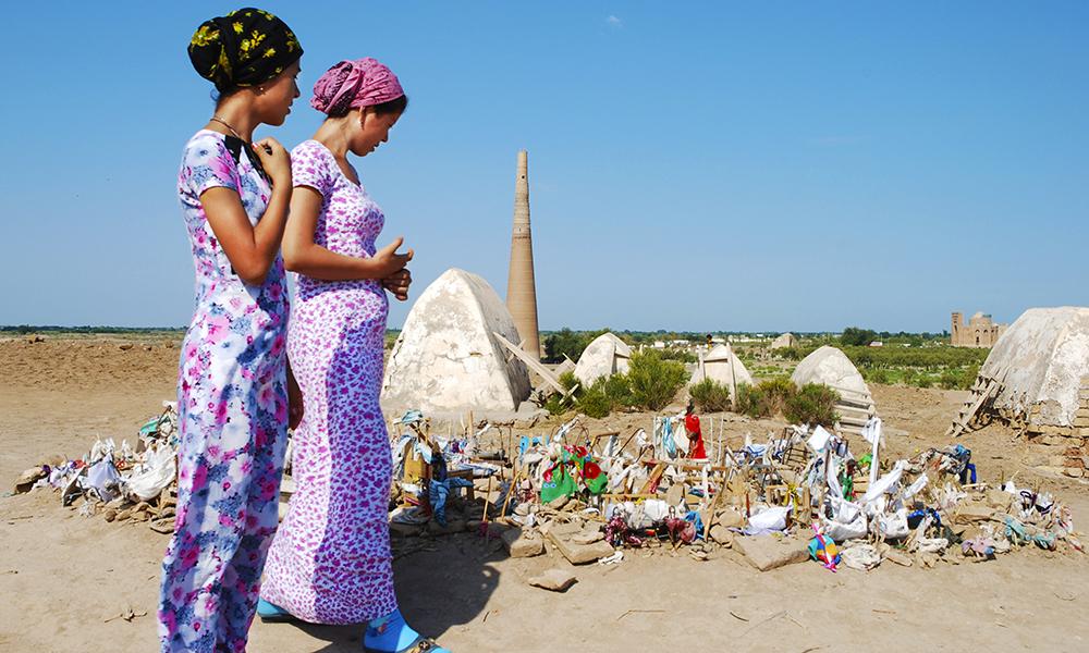 I Kunya-Urgench kommer turkmenerne med sine ønsker om barn. De setter ned små vugger, noen er svært forseggjorte. Foto: Grethe Brox-Nilsen