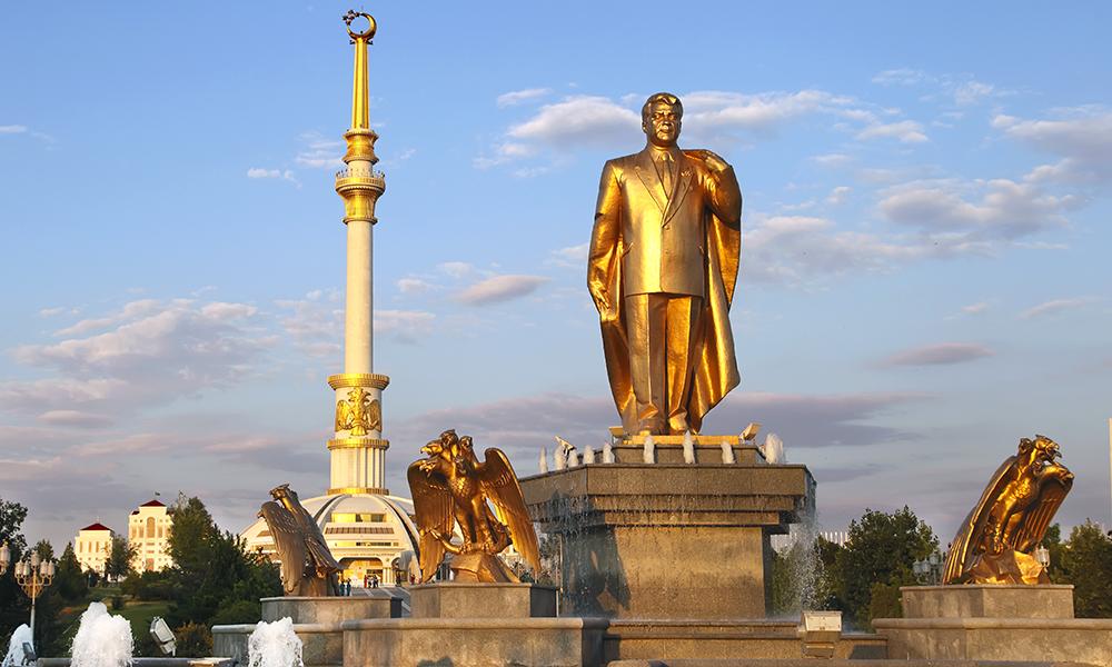 Ekspresident Niyazov fikk reist dette gullforgylte monumentet av seg selv. Etter hans død ble denne tatt ned og erstattet av en sort okse som bærer en engel, som igjen holder en baby – som representerer dagens president. Foto: iStock