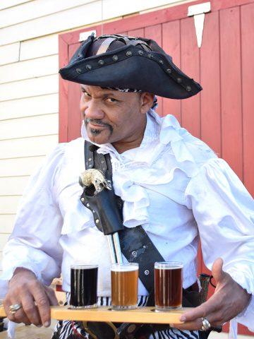 Mikrobryggeriet Pirate Republic Brewing Company i Nassau serverer både øl og øyrikets beste pirathistorier. Foto: Mari Bareksten