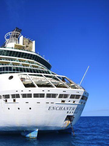MS Enchantment of the Seas har tidligere seilt under norsk flagg, og har blant annet utendørs klatrevegg og joggebane, tre basseng, seks boblebad og et kasino. Foto: Mari Bareksten