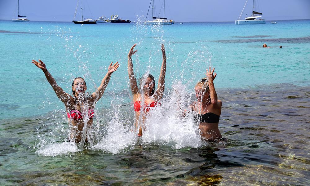 Det krystallklare og varme vannet er perfekt for badeglade! Foto: Mari Bareksten
