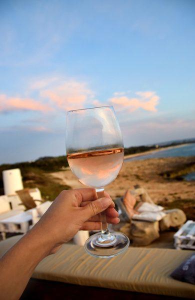 Det gode liv på Formentera betyr blant annet et glass vin i solnedgang. Foto: Mari Bareksten