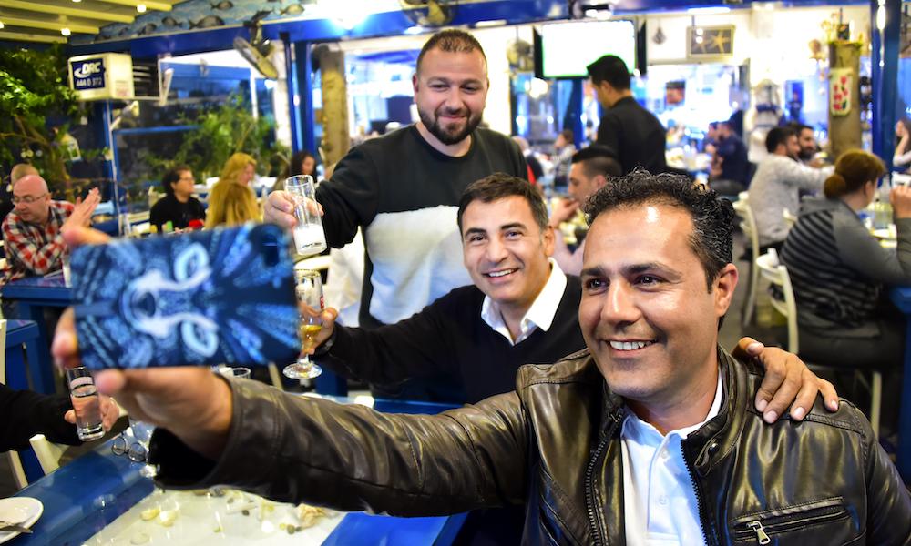 Vennlig: Kyrenia, Girne på tyrkisk, er en av de flotteste byene på Nord-Kypros med en stor havn der man kan sitte til langt på kveld og nyte mat, drikke og utsikt. Noe den lokale eiendomsmegleren Eser Sonat (foran) ofte gjør. Foto: Ronny Frimann