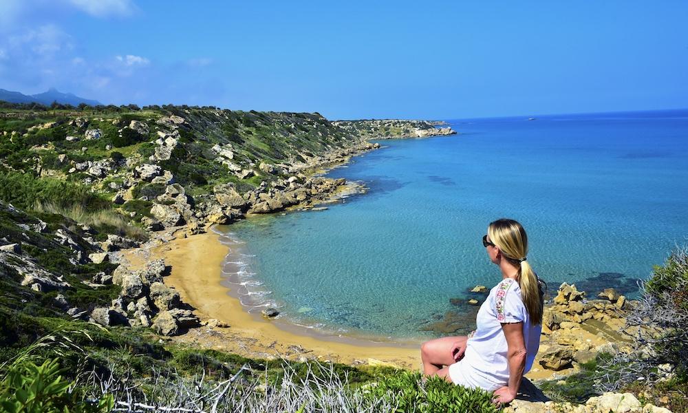 Fotovennlig: Nord-Kyproser full av vakre bukter som dette, med turkist hav og solgyllen sand. Øya har 300 dager med sol og gode temperaturer året rundt. Foto: Ronny Frimann