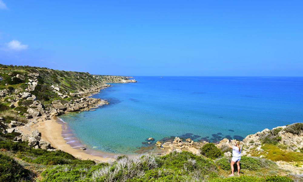Fotovennlig: Nord-Kypros er full av vakre bukter som dette med turkist hav og solgyllen strand. Øya har 300 dager med sol og gode temperaturer året rundt. Foto: Ronny Frimann