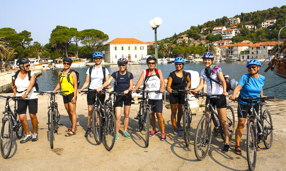 Da damene dro: Det er duket for mye moro og hygge, samt sykkelturer i idyllisk landskap. Foto: Jomfrureiser