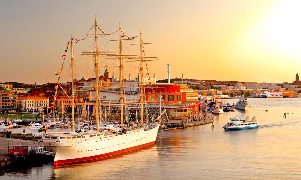 Nyt en flott solnedgang langs Gøteborgs havn. Foto: Göran Assner/imagebank.sweden.se