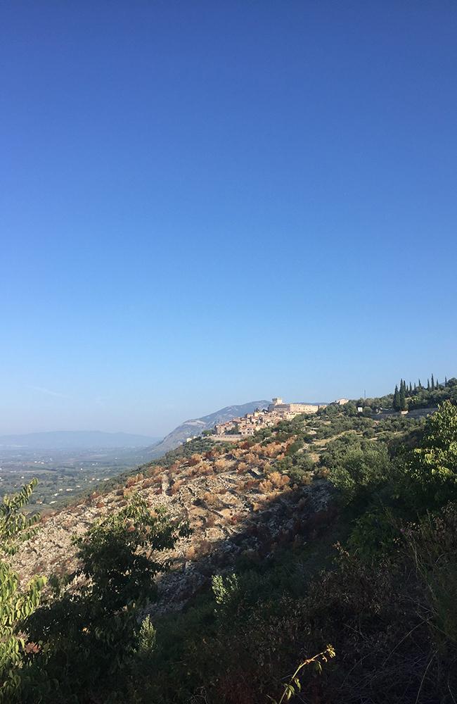 Utsikt mot klippebyen Sermoneta som vi overnattet i. Foto: Anette Moe