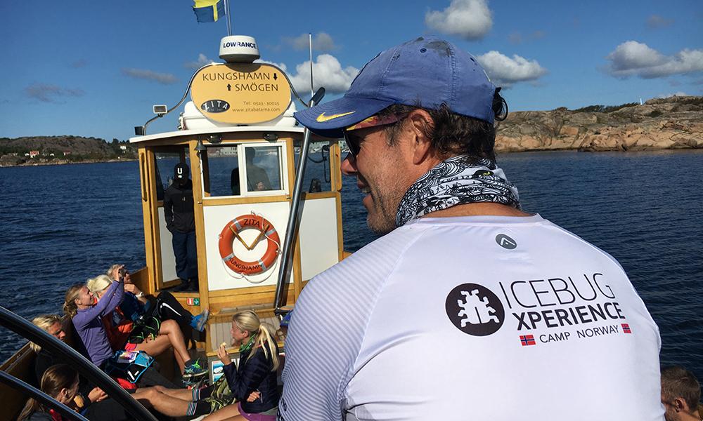På vei med båt til første etappe. Foto: Hege Gundersen