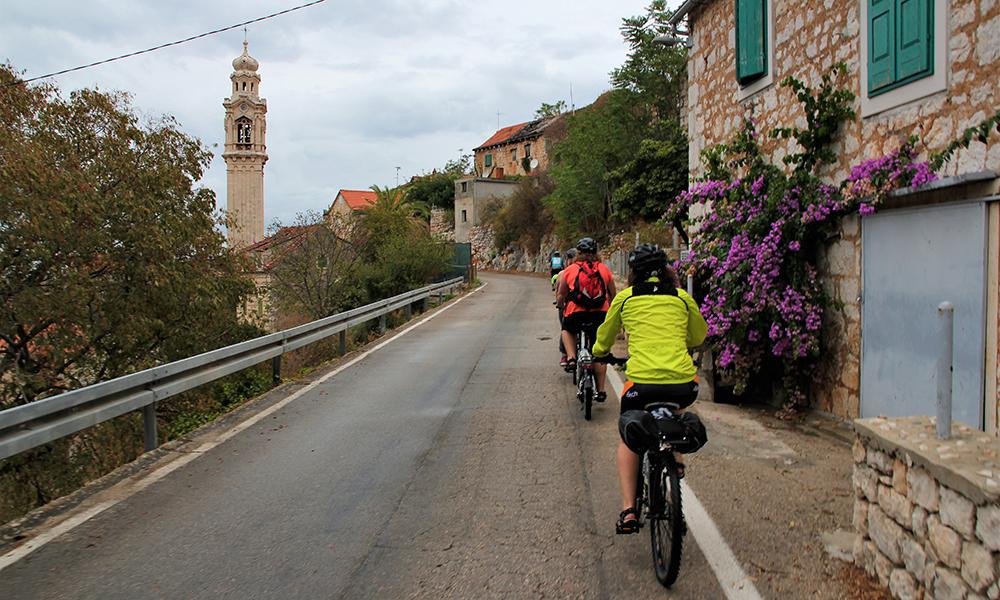 På vei gjennom landsbyen Lozisca. Foto: Kari Wallem Bøe
