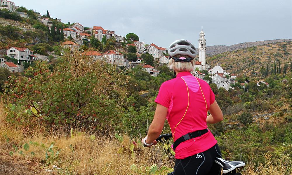Vi sykler gjennom flott landskap – her er det bare å nyte utsikten. Foto: Sophie Vestman Antonsen