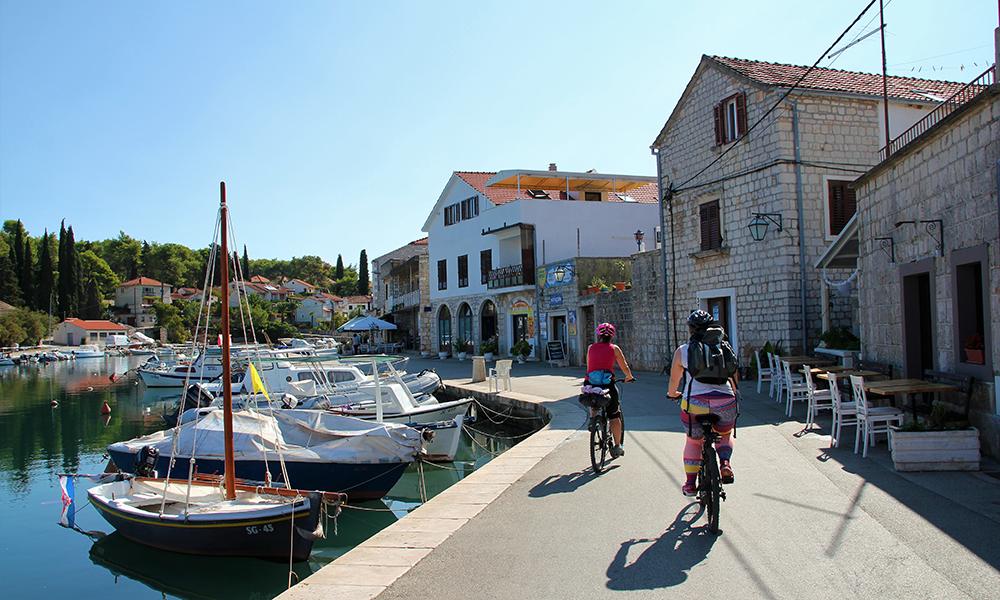Sykling langs sjøen i byen som blir kalt Lille Venezia på grunn av alle de små broene. Foto: Kari Wallem Bøe