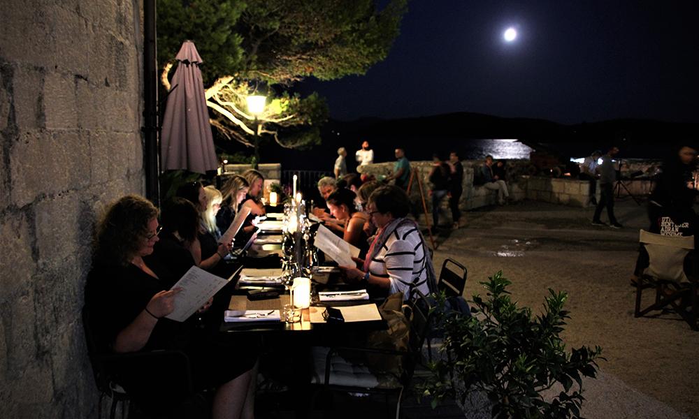 Middag på kvelden i idylliske omgivelser. Foto: Kari Wallem Bøe