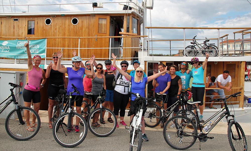 Gjengen er klar for en ny dag på sykkelsetet. Foto: Kari Wallem Bøe