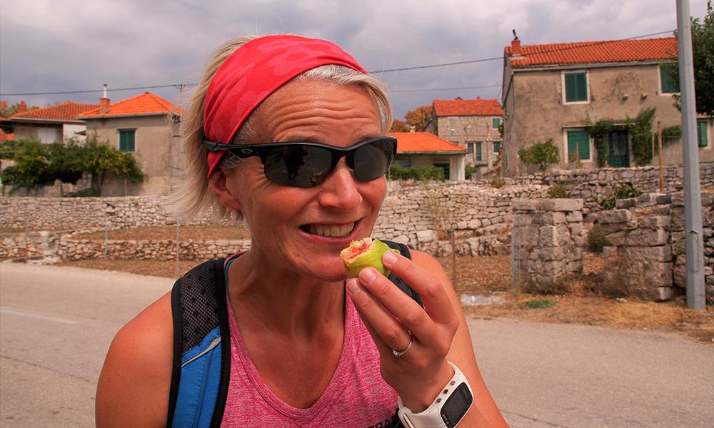 Smakstest av fiken rett fra treet. Foto: Kari Wallem Bøe
