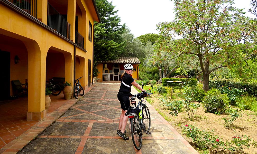 Sissel har bodd på Sicilia i tretti år, og arrangerer sykkelturer for turister for å dele sin fascinasjon for øya. Her utenfor hjemmet i Caltanissetta. Foto: Sissel Bakken