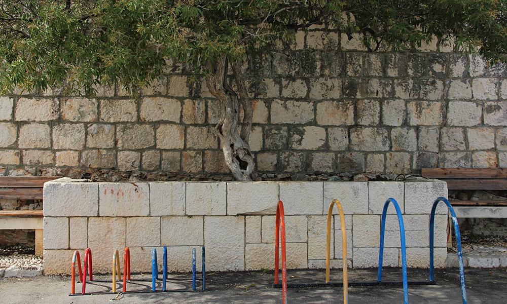 Selv sykkelstativene er fargerike og sjarmerende i Kroatia. Foto: Kari Wallem Bøe