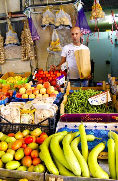Veien går innom det lokale grønnsaksmarkedet for å plukke opp litt godsaker til middag. Foto: Ida Anett Danielsen