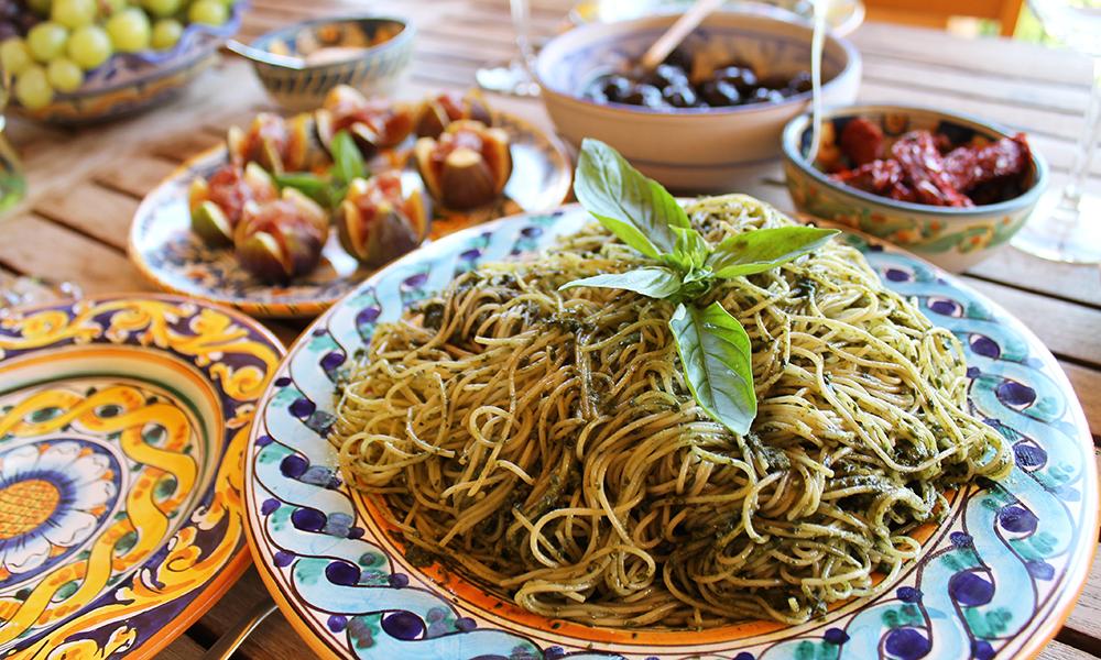 Spaghetti med pesto laget av basilikum fra markedet og mandler fra hagen. Foto: Ida Anett Danielsen