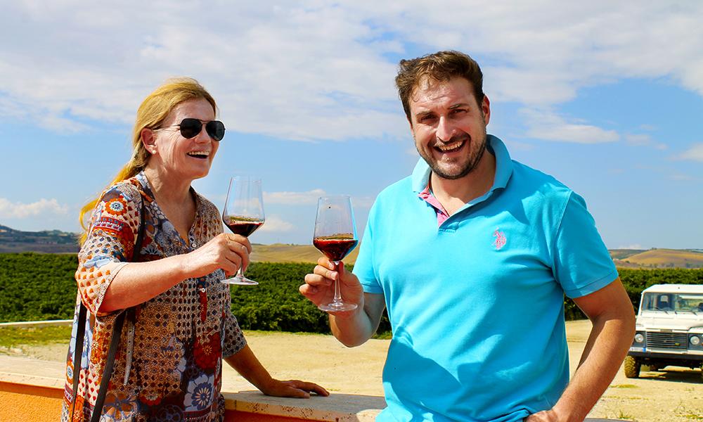 På vingården Tenuta d'ell Abate får vi en innføring i lokale vintradisjoner av vinekspert Erik Bongiovanni. Foto: Ida Anett Danielsen