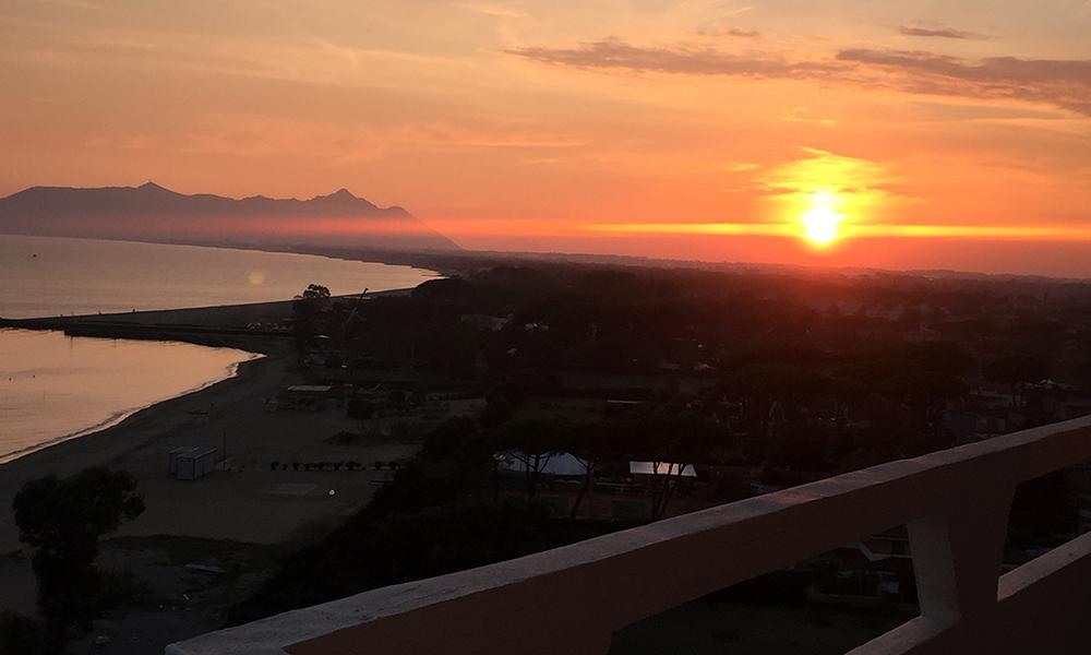 Solnedgang sett fra veranden på hotellrommet. Foto: Anette Moe