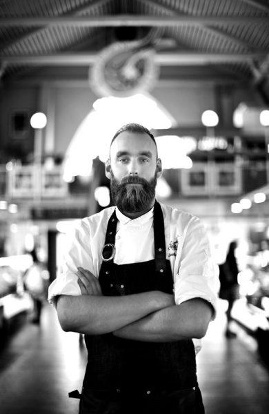 Johan Malm eier fiskerestauranten Restaurant Gabriel sammen med sin far og er regjerende verdensmester i østersåpning. Foto:Tina Stafrén