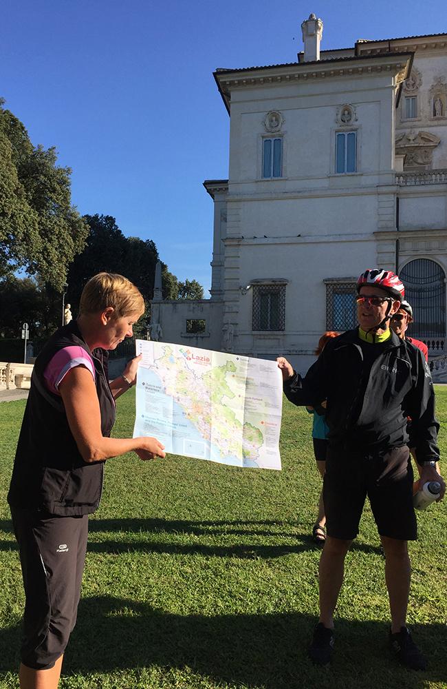 Turguide Heidi viser oss dagens rute med hjelp fra Odd Eirik Tveter. Foto: Anette Moe