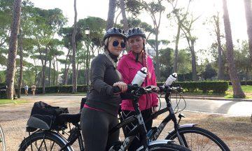Suzanne og Anette er klare for sykkeltur rundt i vakre Roma. Foto: Anette Moe