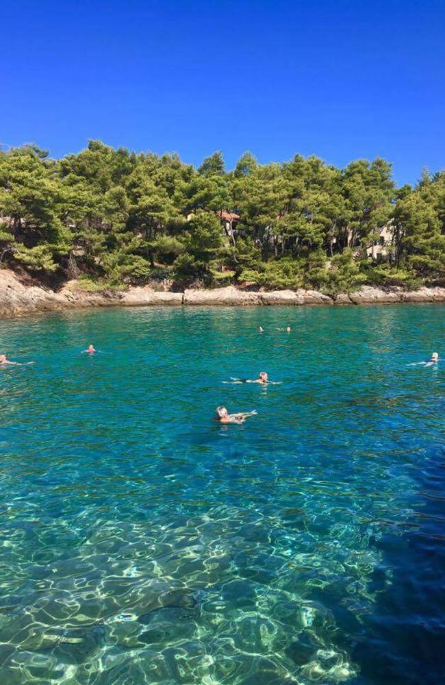 Nydelig bading i krystallklart vann! Foto: Kari Wallem Bøe