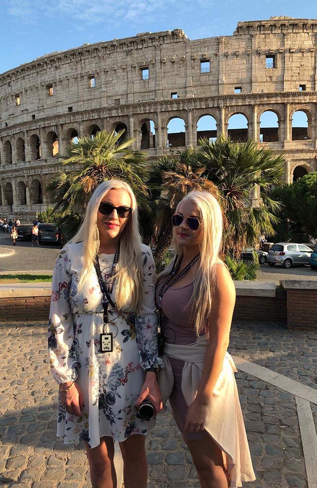 Foran imponerende Colosseum. Foto: Anette Moe