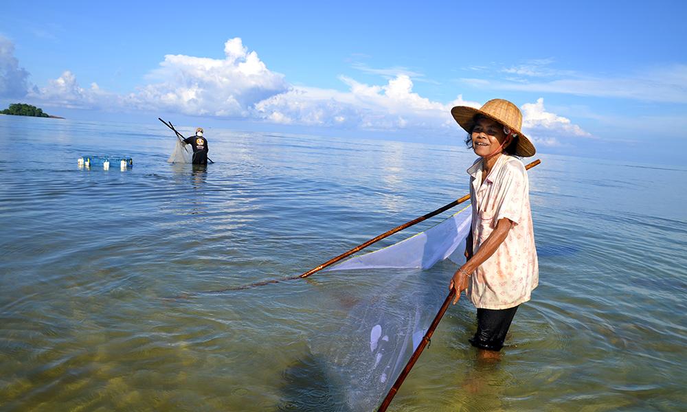 På Koh Chang lar ikke lokalbefolkningen seg affektere av turistene, og gjør unna sin daglige sjømatfangst ved strendene. Foto: Marte Veimo
