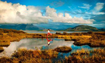 Vakre Vega er en av så langt åtte destinasjoner i Norge som har status som bærekrafig reisemål. Skal de neste generasjonene ha de samme mulighetene som oss til å utfolde seg i naturen,  må vi gjøre riktige valg i dag. Men bærekraftig reiseliv handler om mye mer enn turer i skog og mark. Foto: Liv Ask og Mathis Staale Mathisen/visithelgeland.com
