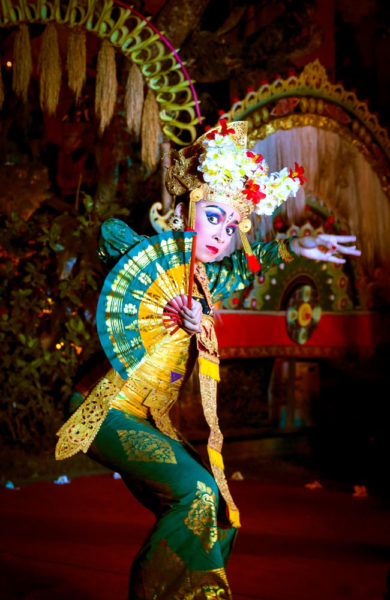 Det oser orientalsk mystikk av de fargerike danseforestillingene i Ubud. Foto: Preben Danielsen