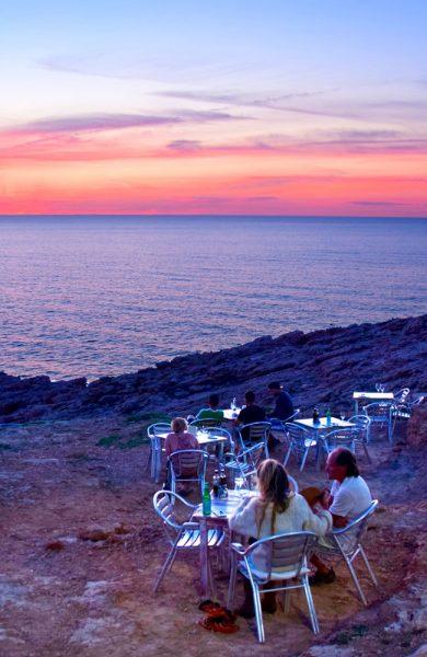 På Ibiza får du noen av Europas fineste solnedganger. Se solen dale i vest og nyt en bedre middag på Hostal Restaurante la Torre. Foto: Mari Bareksten