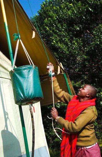 Overdreven dusjing er en utfordring mange steder, men dusjer du i soloppvarmet regnvann på Porini i Kenya, kan du gjøre det med god samvitiighet. Foto: Torild Moland