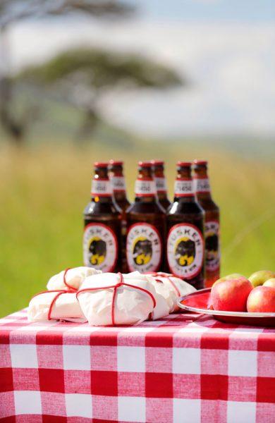 Nyt en kald øl og enkel matpakke ute på tur. Foto: Angama Mara