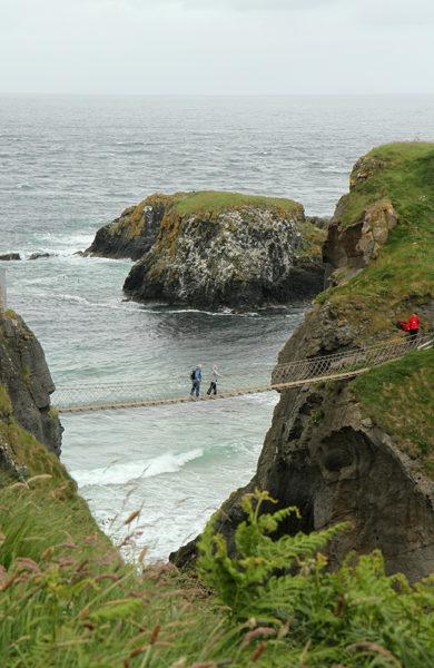 Hengebroer og krappe klipper – naturen på Nord-Irland er både flott og heftig. Foto: Runar Larsen
