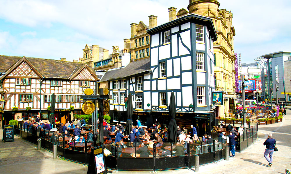 På Manchesters mange pubber kan man alltid ta seg en øl før og etter kamp. Her på Shambles Square. Foto: Runar Larsen