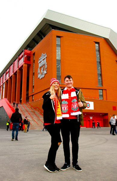 Det er god stemning før kampstart. Beth Main (21) og Marcus Mathers (26) fra Skottland utenfor historiske Anfield. Foto: Runar Larsen