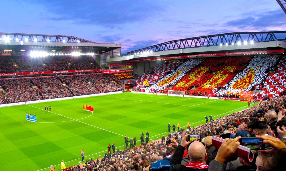Anfield Stadion tar 55 000 tilskuere, så det kan bli skikkelig trøkk – særlig når hjemmelaget går seirende ut av kampene. Foto: Runar Larsen