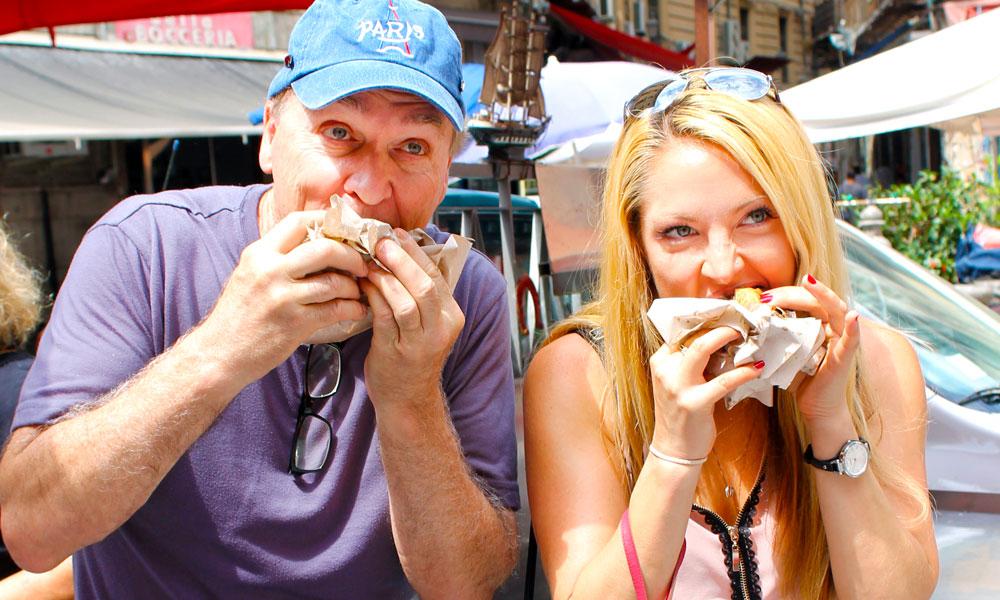 Richard Brunacini og datteren Jennifer Brunacini storkoser seg med Pippos milt sandwich. Foto: Ida Anett Danielsen