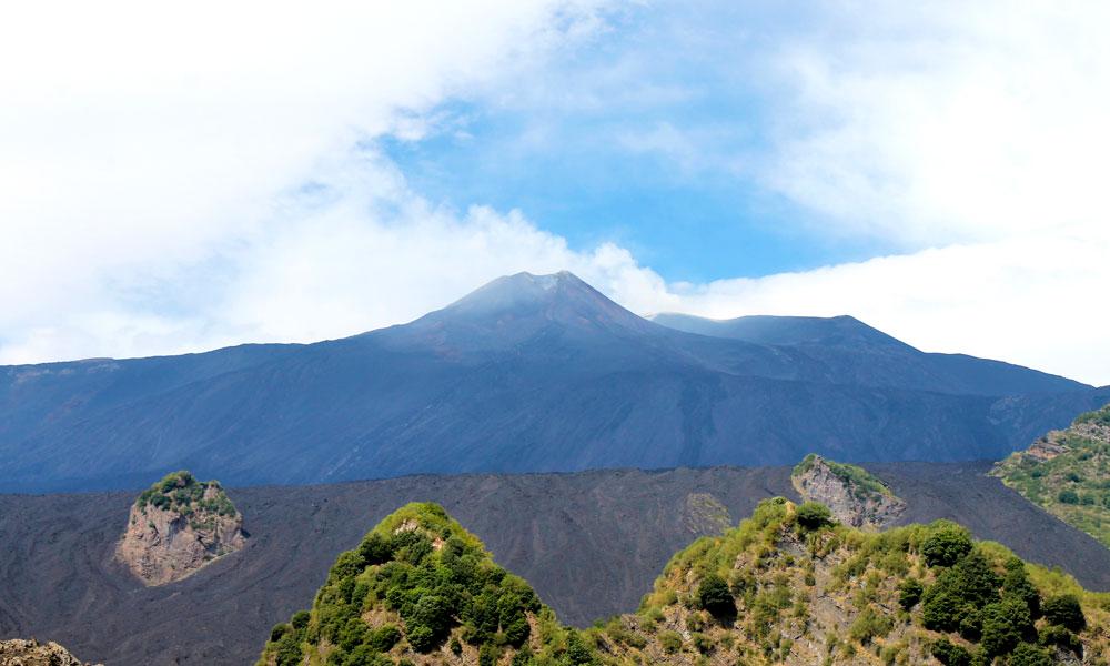 Helt på toppen kommer man ikke siden vulkanen puster damp og giftig gass, men Sicilias frue er også fin fra avstand. Foto: Ida Anett Danielsen