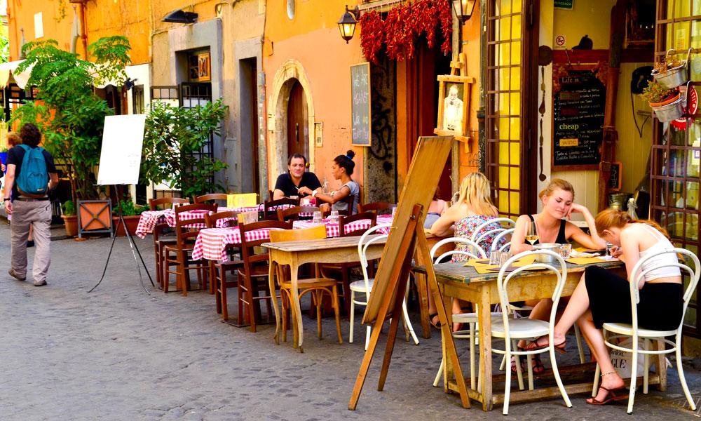 Det kryr av fine restauranter i Romas mange smug og gater. Aller koseligst er det i Trastevere. Foto: Mari Bareksten
